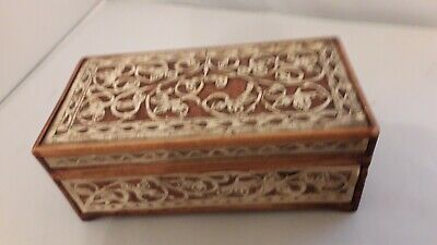 EARLY 1900's ARTS & CRAFTS WOOD & STRAW SCROLL DESIGN BOX.