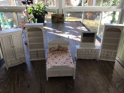 DOLLHOUSE MINIATURE COLLECTIBLE White Shabby Chic Farmhouse Double Bed w/Bedding