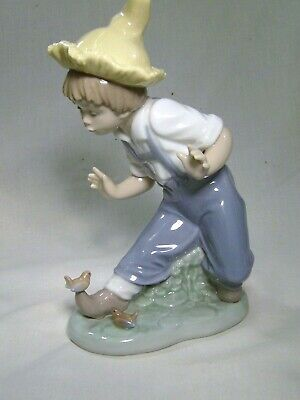 Lladro/Nao Young Boy with 2 little robins  on his foot     (Little visitors)
