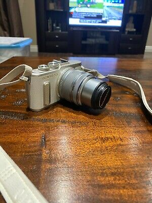 Used Excellent Condition - Olympus Pen E-PL8 Mirrorless Camera with 14-42mm Lens
