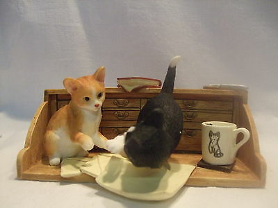 Statue de collection SHERRATT - 2 CHATS SUR UN BUREAU