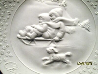 Vintage Avon 1985 porcelain A Child's Christmas collectors plate / 24 k gold rim