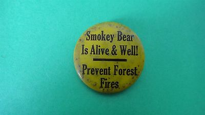 """RARE VTG TIN BUTTON PIN : """" SMOKEY BEAR IS ALIVE & WELL ! PREVENT FOREST FIRES """""""