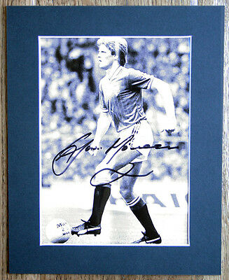 GORDON McQUEEN HAND SIGNED PHOTO MOUNTED 10X8 AUTOGRAPH & COA MANCHESTER UNITED
