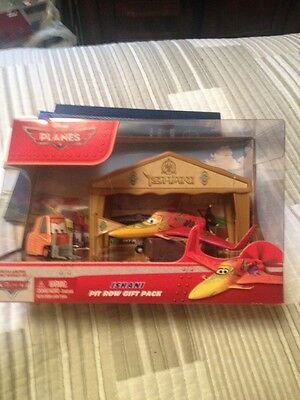 New Disney PLANES Pit Row Gift Pack ~ ISHANI ~ Die-Cast with Pitty & Tent Set