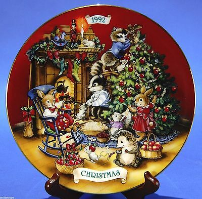 Avon Vintage 1992 Sharing Christmas with Friends Christmas Collectible Plate