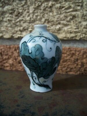Old Chines Green Leaves and Vines Bulb Shaped Porcelain Snuff Bottle. No Lid. NR