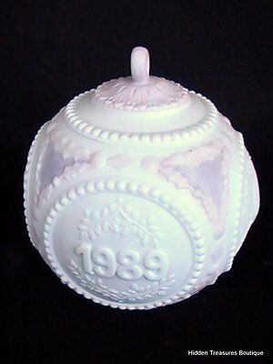 Lladro Embossed Annual Dated 1989 Christmas Ball Ornament Figural Doves