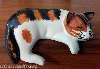 BABBACOMBE ENGLISH POTTERY Calico Cat White Ginger & Black Shelf Hanging Asleep