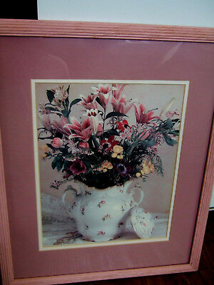 Porcelain// flower vase/ with a bouquet/ of lillys/ and /flowers/