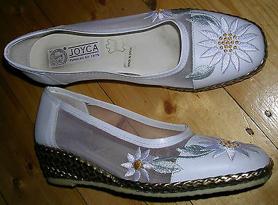 1990's WHITE DAISY EMBROIDERED NET/LEATHER EMBELLISHED WEDGE HEELS by JOYCA /7.5