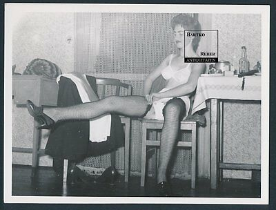 Foto ca. 1960 hübsches Model Privat-Strip / young Nude Girl Striptease Scene