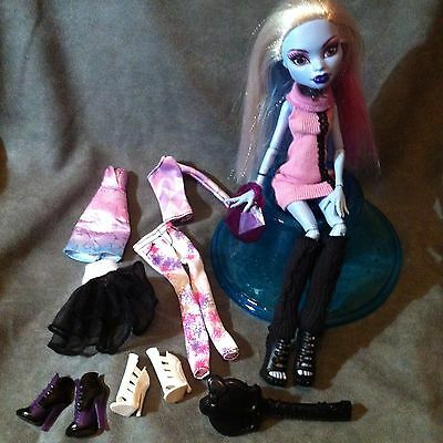 MONSTER HIGH. Lote de muñeca ABBEY BOMINABLE con 3 outfits completos.