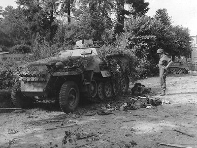 WWII Photo German Sdkfz. 250 Casulties US Soldier /4064