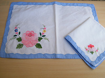 Vintage retro 4x placemat and napkin set - blue trim with embroidered flowers