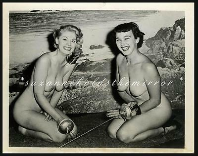VINTAGE 1950s NUDE SEXY GIRLS SWORD FIGHTING FENCING BEAUTIFUL BREASTS PHOTO