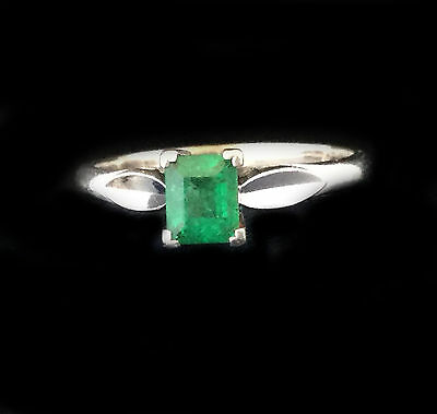 Beautiful 18ct, 18k, 750 White Gold Emerald 0.30ct Solitaire Ring
