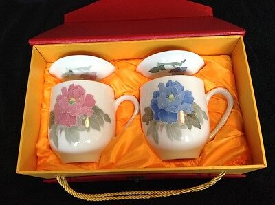 """BOXED PAIR CHINESE 6"""" LARGE LIDDED MUGS decorated BLUE/PINK Flowers SIGNED"""