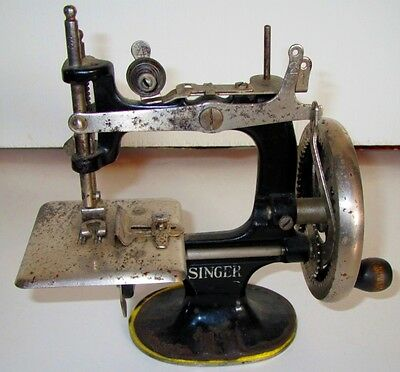 1922 Antique Vintage SINGER #20 Small Child Mini Sewing Machine Cast Iron Toy