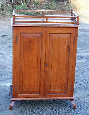 A BEAUTIFUL EARLY 20th CENTURY ARTS & CRAFTS  CUPBOARD