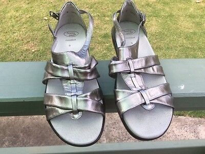 Ladies homy ped sandals. Size 9. New. Colour pewter