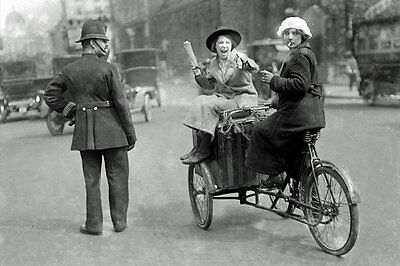 PHOTO TAKEN FROM 1913 iMAGE OF CONSTABLE ON TRAFFIC DUTY IN LONDON