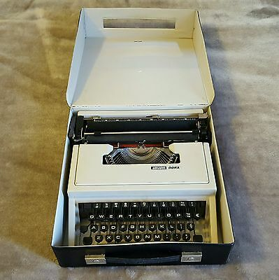 Olivetti dora VINTAGE Typewriter with case / good condition / fast postage
