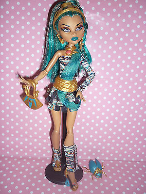 Monster High Signature/Original Nefera De Nile Doll inc Stand, Pet & Accessories