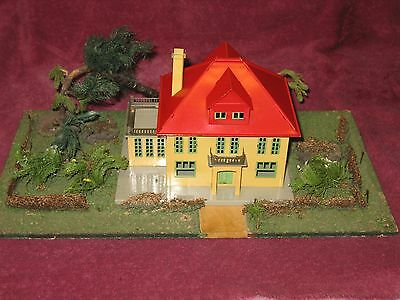 Lionel metal 2 story house on landscaped lot Bright colors Great paint Original