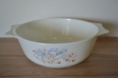 Vintage Pyrex casserole baking dish. Made in England.
