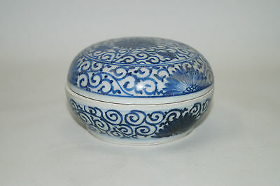 Qing dynasty 18th century blue and white cover box flower motif