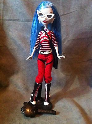 MONSTER HIGH. Muñeca GHOULIA YELPS 1 WAVE con stand y peine