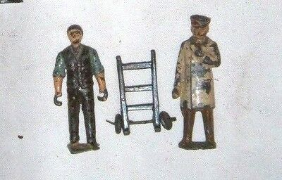 Gauge 1 figures: Man with sack truck + white-coated inspector