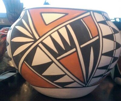 NATIVE AMERICAN ACOMA PUEBLO New Mexico POTTERY POT - signed by W. Concho