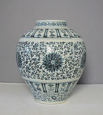 Chinese  Blue and White  Porcelain  Jar     M2135