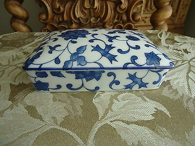 Vintage Chinese Blue & White Porcelain trinket box with lid