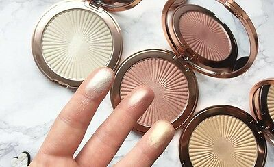 Makeup Revolution Skin Kiss Highlighter illuminante viso Golden Ice Peach Kiss