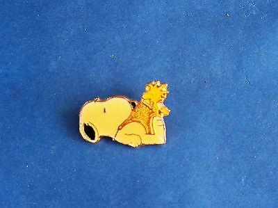 Vtg. Pin 1965 United Feature Syndicate SNOOPY with WOODSTOCK Sitting on His Feet