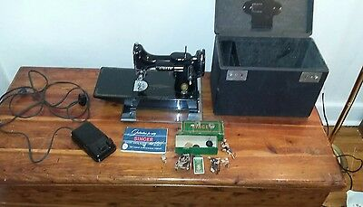 Vtg  Singer 221 Featherweight Sewing Machine w/ Case, Pedal & Accessories