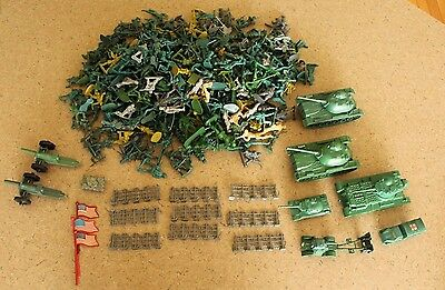 Big Lot of Plastic Army Men Toy Soldiers and Accessories