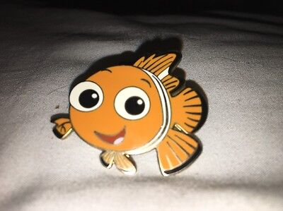 2004 Disney Finding Nemo Facing Left and Smiling Clown fish Trading Pin