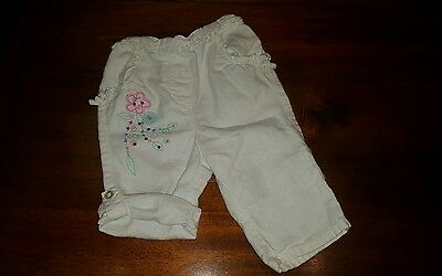 Baby girls 3-6 months Cherokee white trousers/ shorts (A333)