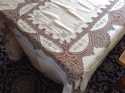Large Vintage Tablecloth And Matching Napkins.