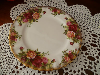 VINTAGE BREAD & BUTTER PLATE  16 cms OLD COUNTRY ROSES  ROYAL ALBERT ENGLAND