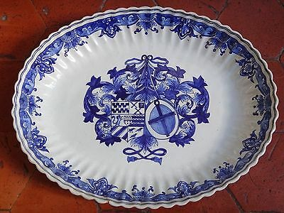 Grand plat en faience à décor d'armoiries époque XIXe ( Rouen Nevers Delft )