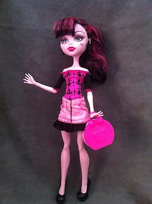 """MONSTER HIGH. Muñeca DRACULAURA serie """"SCARIS: CITY OF FRIGHTS!"""""""