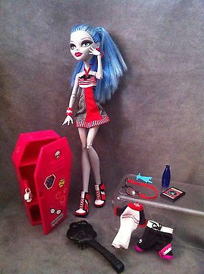 """MONSTER HIGH. Muñeca GHOULIA YELPS  """"PHYSICAL DEADUCATION"""" taquilla y accesorios"""