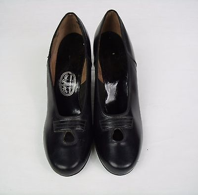 1970s black Pumps 8M Shoes Roberts Johnson and Rand Style Stride keyhole Heels