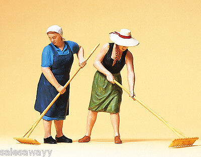 Preiser 63075 Women Farmers with Rake, 1 Gauge, 1:3 2