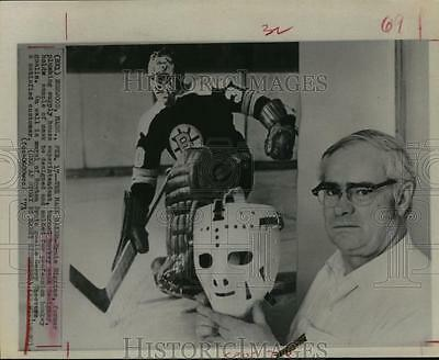1971 Press Photo Ernie Higgins Showing A Sample of Hockey Mask He Designed